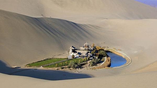 Hồ Bán Nguyệt như một thế giới cổ tích