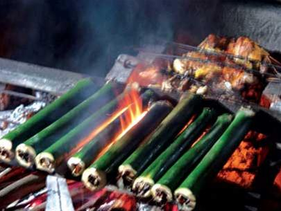 Những ống cơm lam đang được nấu trên bếp lửa