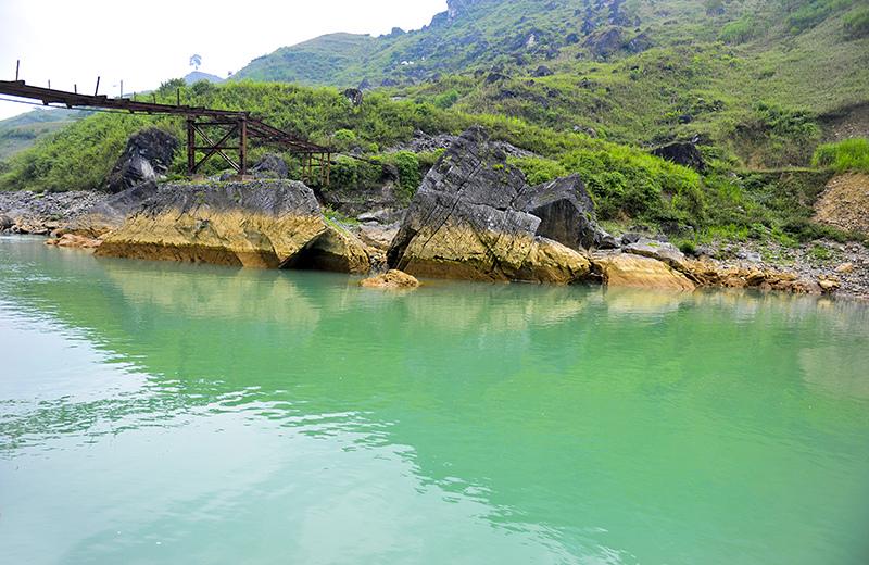 Dòng sông Nho Quế với màu xanh huyền thoại